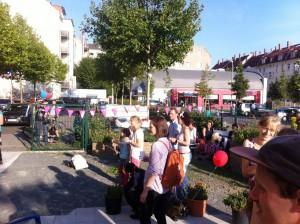 Eröffnungsfeier-Flüchtlingsberatungsstelle_BesucherInnen-im-Hof_12.9.2015